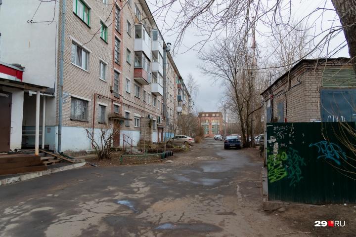Дом № 81 со стороны двора. По словам жильцов, на этой дороге может стоять сразу несколько машин с товаром