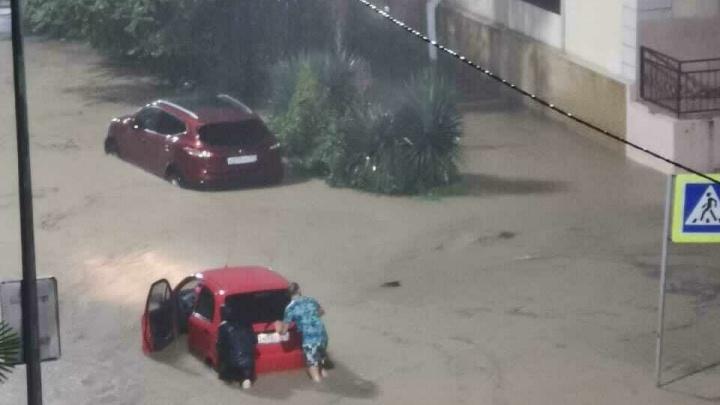 На Сочи обрушилась стихия: улицы курорта превратились в бурные потоки, часть города обесточена