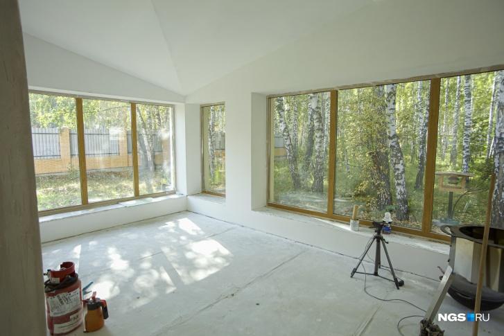 Панорамные окна стирают границу между домом и лесом