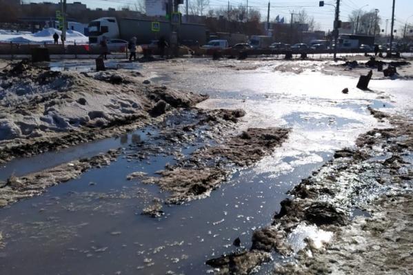 На невозможность пройти по тротуару жалуются местные жители — дорога превратилась в месиво грязи