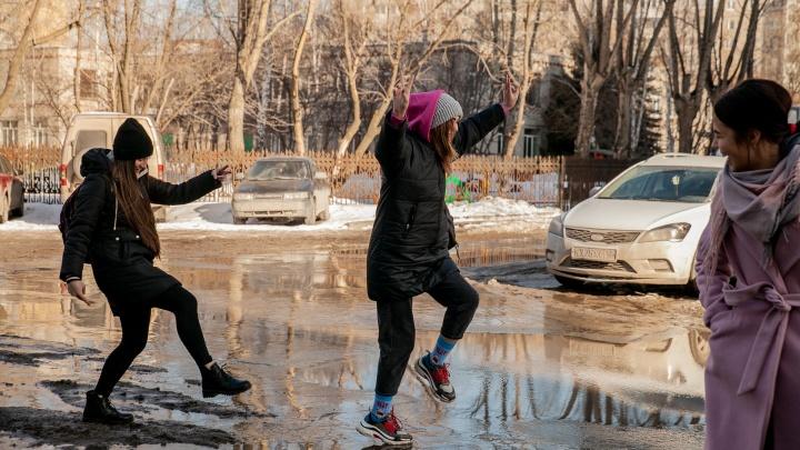 Прыгают по лужам и надевают пальто вместо шуб: репортаж из Тюмени, который поможет приблизить тепло