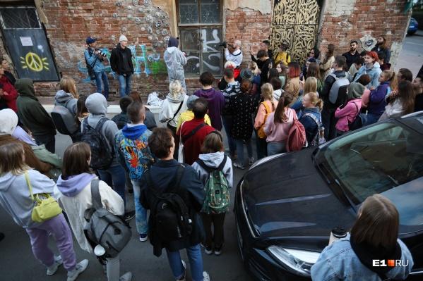 Несколько десятков человек наблюдали за тем, как Покрас Лампас оттирает окно