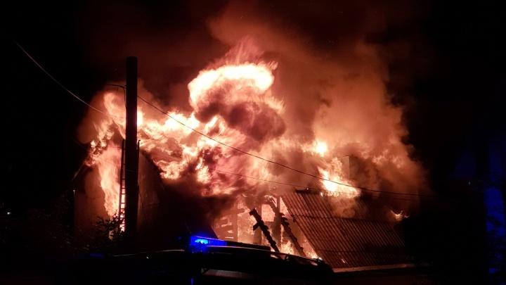 Пламя было до небес, люди кричали: в Волгограде ночью дотла сгорел дом — видео страшного пожара