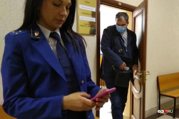 Михаил Бурцев старался спрятать лицо от камер