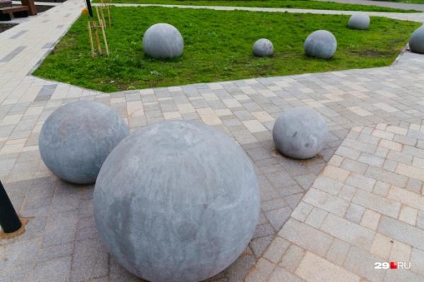 Отправимся в обновленный сквер с каменными шарами на Воскресенской