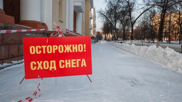 В Новокузнецке воспитателей детсада заставили убирать снег с крыши. Безстраховки