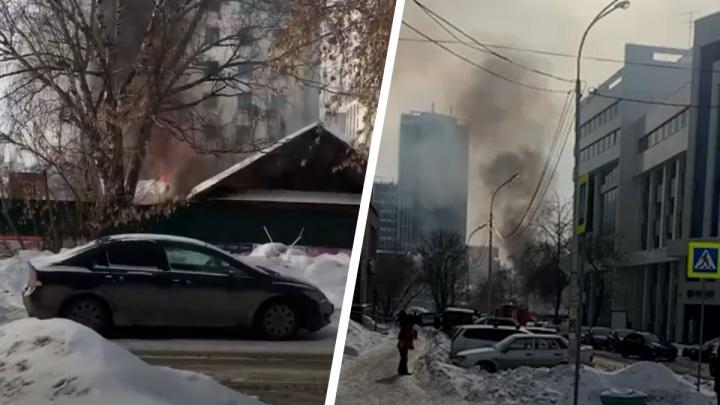 «Что-то взрывается»: в центре Екатеринбурга загорелся частный дом