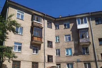 Этот дом располагается в центре Черниковки. В нем продается трехкомнатная квартира за 3,2 миллиона рублей