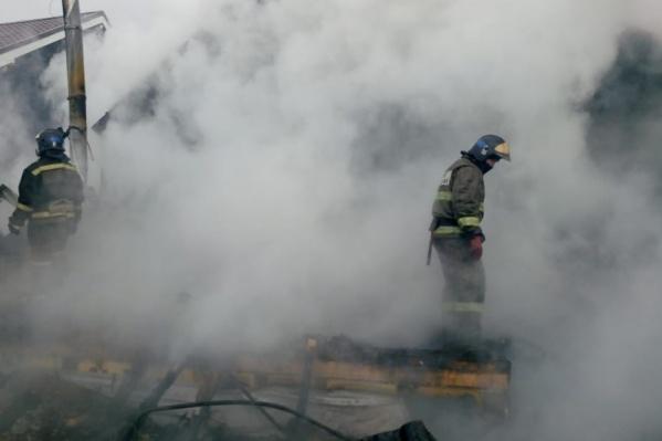 Ликвидировать возгорание удалось в четвертом часу утра. Пламя уничтожило дом практически полностью