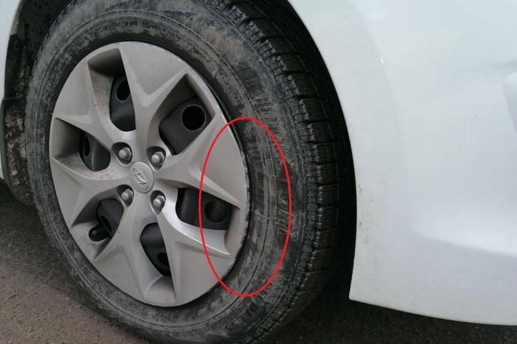 На колпаке колеса видны следы контакта с бордюром
