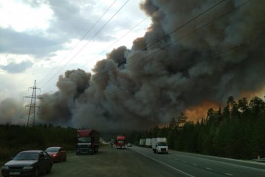Огненный шторм добрался до Урала: природный пожар перекрыл федеральную трассу