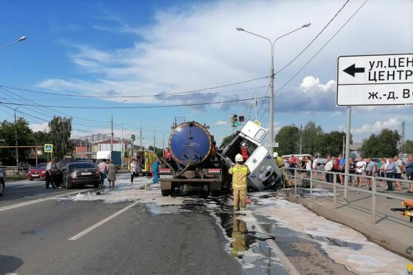 Машину скорой перевернуло на крышу — водитель спецавтомобиля погиб на месте