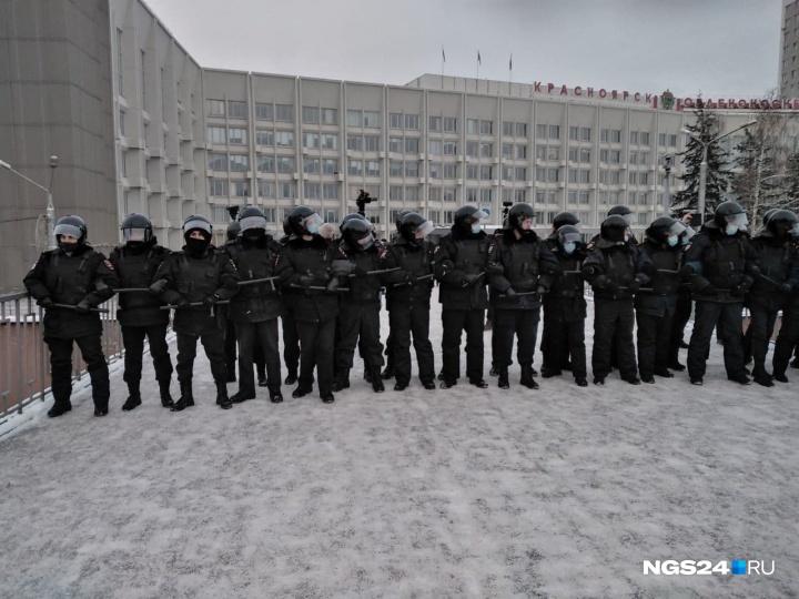 ОМОН у мэрии Красноярска