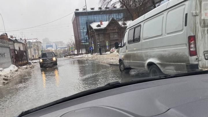 «Устроили тут аквадискотеку!» В Екатеринбурге из-за коммунальной аварии затопило несколько улиц