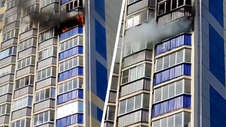 Очевидцы сняли на видео пожар в высотке — вспыхнула квартира на 13-м этаже