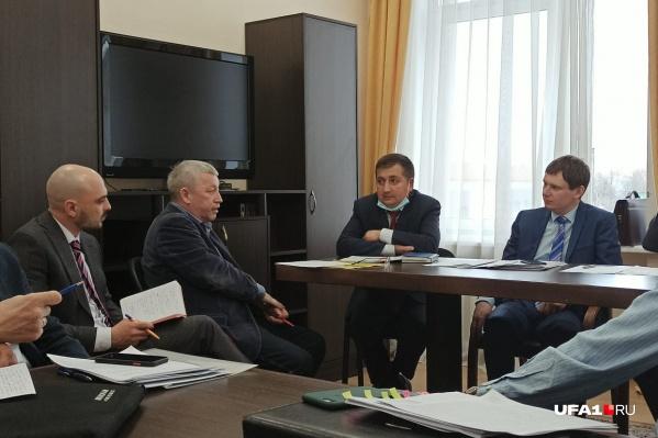 Рустем Шайахметов (второй слева) говорит, что из 12 тысяч обращений в Госкомитет РБ по жилищному и строительному надзору половина — по поводу начислений за отопление