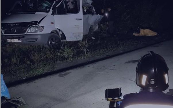 В Новошахтинске фура врезалась в пассажирский микроавтобус. Погибли три человека