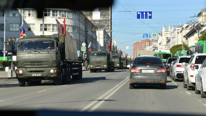 «Автобусы с солдатами едут по встречке». Центр Екатеринбурга парализовала генеральная репетиция парада