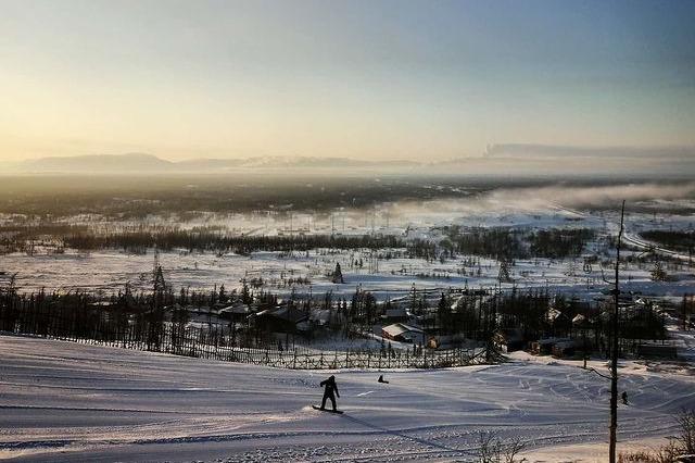 Люди построили дачный поселок у подножия горы, чтобы отдыхать от городского смога