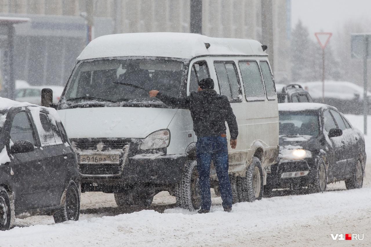 Пока стоим — можно и машину от снега почистить