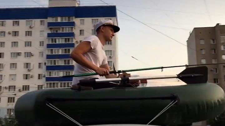 Ловил детей на деньги и конфеты: под Волгоградом тиктокер катался в лодке на крыше автомобиля