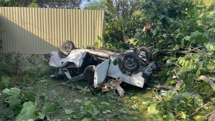 В Сочи автомобиль на зимней резине врезался в дерево и перевернулся. 24-летняя девушка погибла на месте