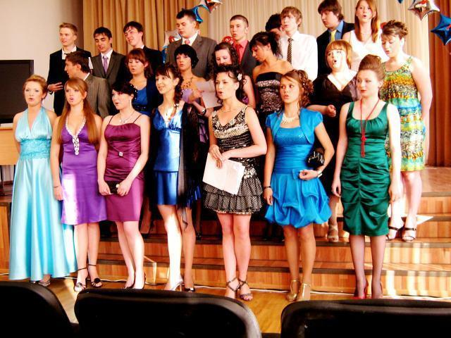 На фото выпускники 159-го лицея в 2010 году