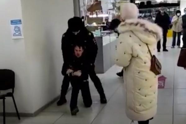 Полицейские утверждают, что во время задержания мужчина ударил одного из них