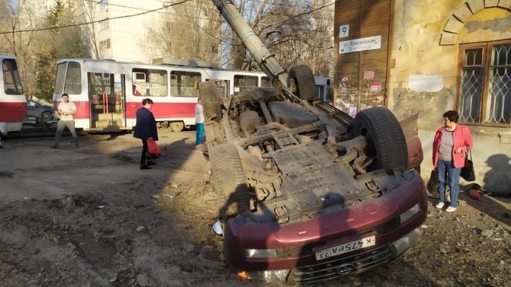 Машина сложилась: в Самаре «Тойота» врезалась в трамвай и перевернулась