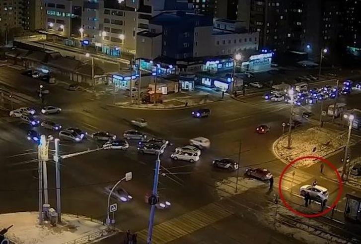 Момент старта Toyota RAV4. На светофоре уже горит желтый (запрещающий). Границы перекрестка по скруглениям находятся за пешеходным переходом в нескольких метрах перед «Тойотой»