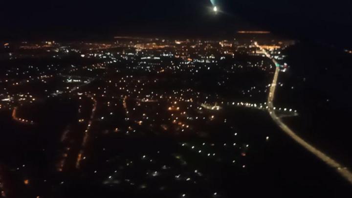 Россыпь городских огней: ночной Волгоград сняли с борта самолета