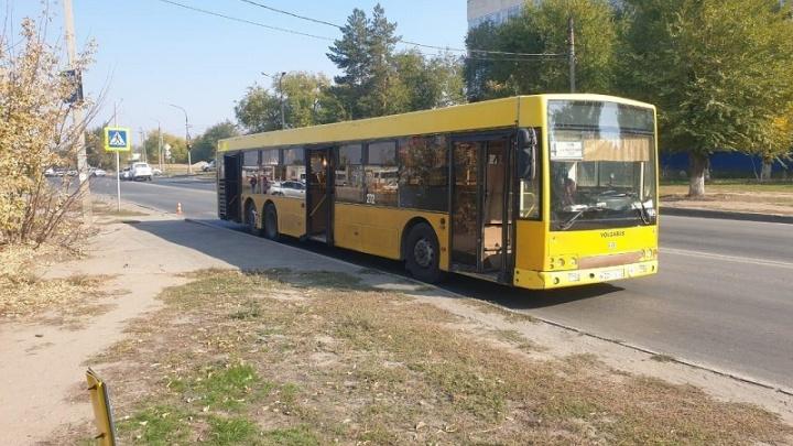 Рухнул на асфальт: в Волжском 39-летнему мужчине зажали руку в автобусе