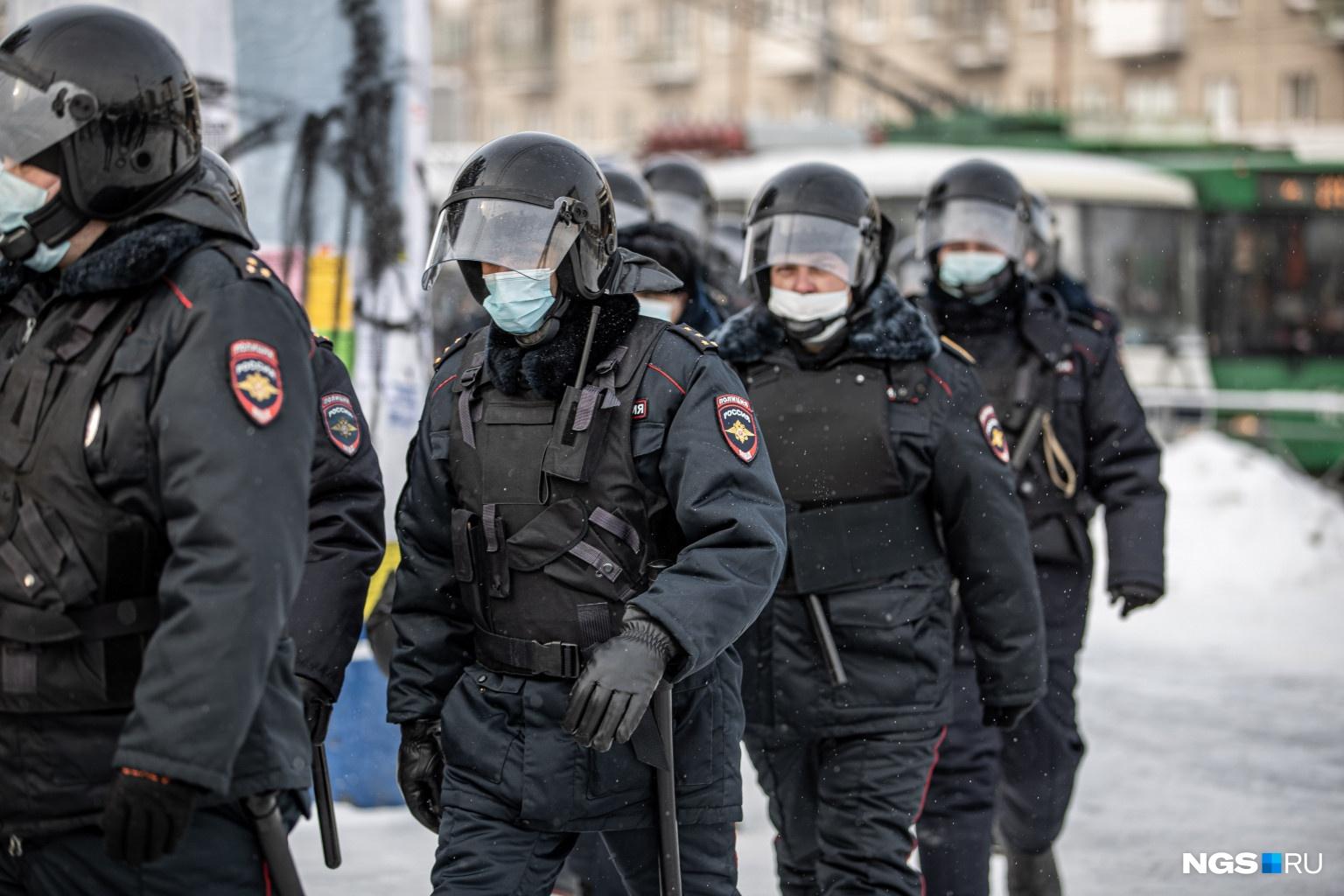 По подсчетам журналиста НГС, сегодня в центре города собралось около 500 силовиков