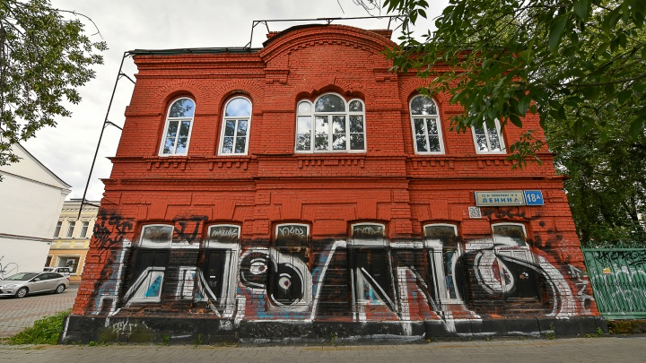 В самом центре Екатеринбурга продают двухэтажный памятник XX века с «итальянским» окошком