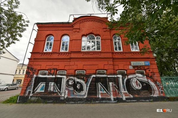 Фасад первого этажа сильно пострадал от вандалов, которые расписали его неумелыми граффити