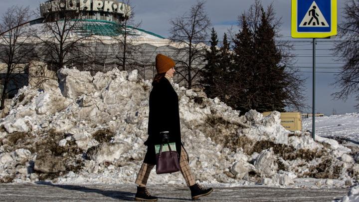 Челябинск сугробленный: смотрим, как улицы и дворы утопают в черных кучах снега. Само растает?
