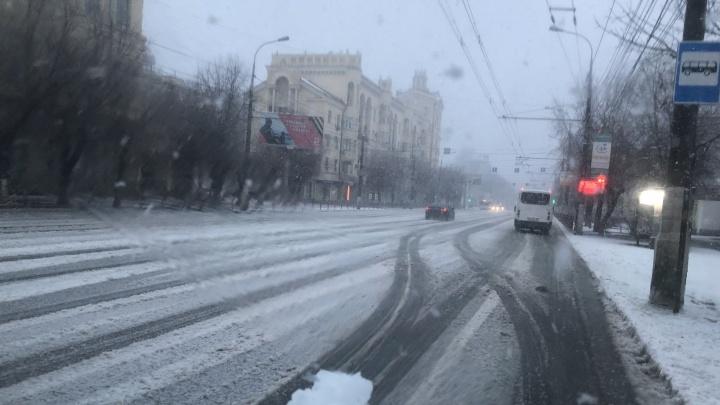 Пробки 10 баллов и проблемы с такси: Волгоград засыпает сильным мартовским снегом