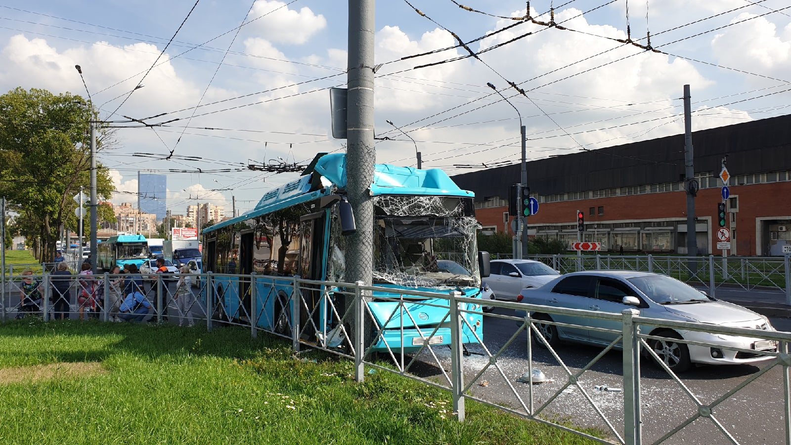 Наезд автобуса на столб на Ленинском проспекте попал на видео