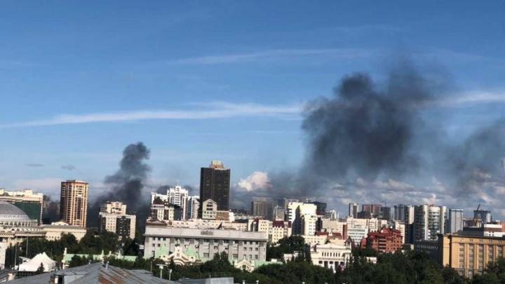 Рядом с площадью Ленина поднялся столб черного дыма. Что горит?