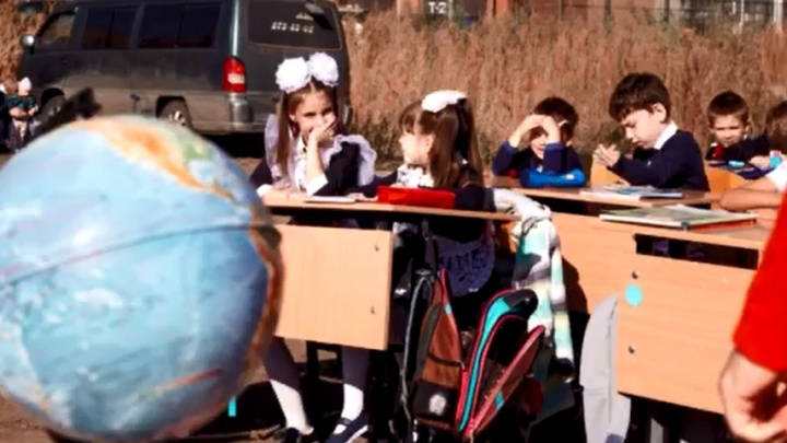 Жители «Образцово» посадили своих детей за парты посреди пустыря — на нем пятый год обещают построить школу