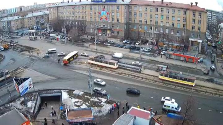 В центре Челябинска у автобуса на трамвайных путях выпал двигатель