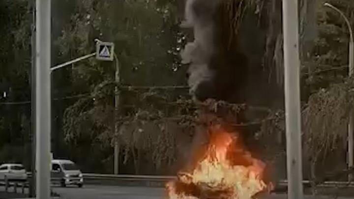 В Новосибирске возле аэропорта Толмачево вспыхнул и сгорел хетчбэк Peugeot — пожар попал на видео