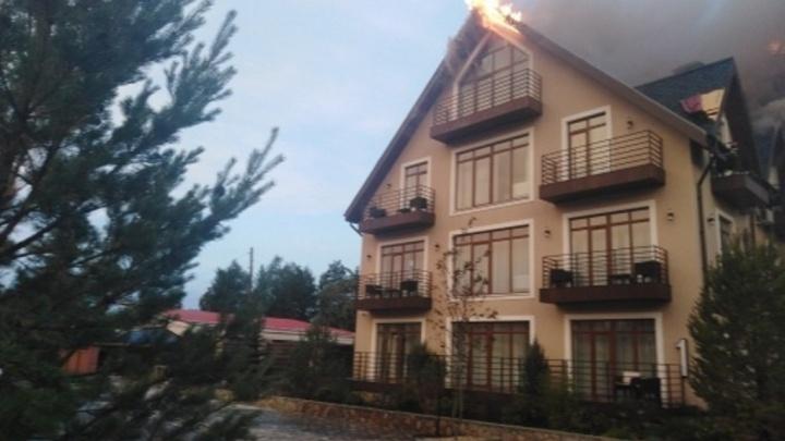 Загоревшийся от удара молнии отель принадлежит депутату Заксобрания Челябинской области