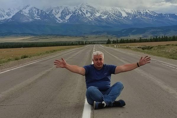 Игорь Савиных три раза уже был на Алтае, но последний ему показался особенным. Здесь тюменец сидит посреди дороги на Чуйском тракте