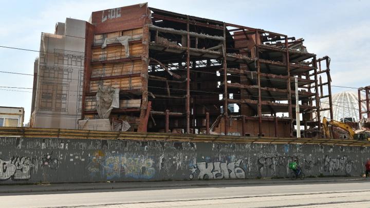 Только несущие «ребра»: показываем, что осталось от легендарной гостиницы «Дели» после трех недель сноса