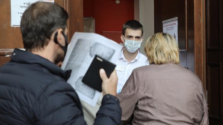 Лезут напролом, скандалят: в МФЦ Волгограда и области ввели вход только по распечатанным QR-кодам