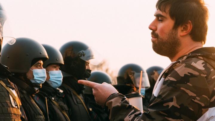 Сотни омичей вышли на митинг в рабочий день — фоторепортаж