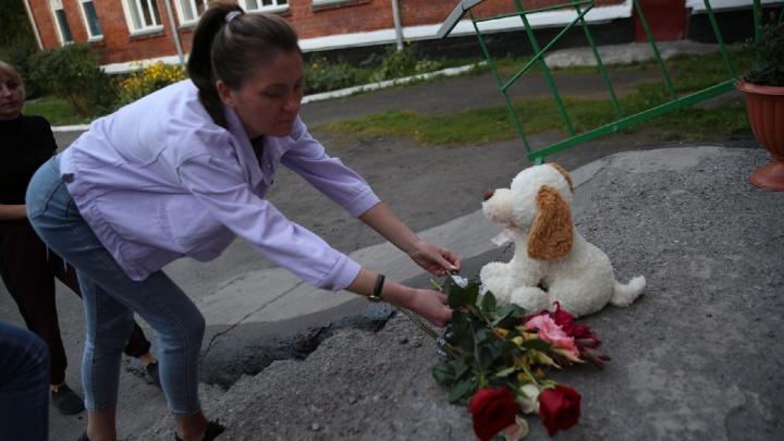 Несут игрушки и цветы: в Киселёвске у школы, где учились убитые девочки, появился стихийный мемориал