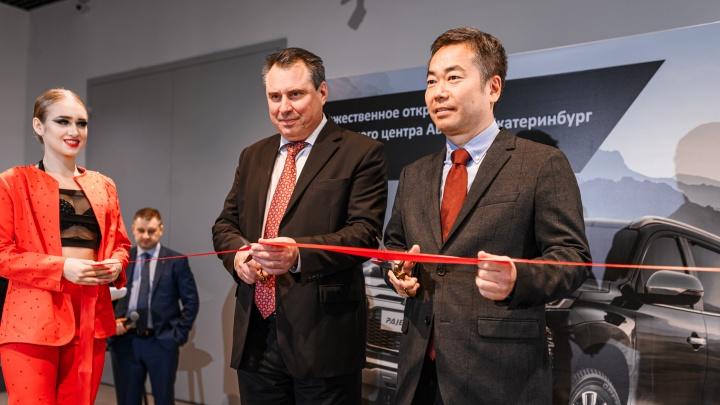 В новом дизайне и с уникальными моделями: на Урале открылся автосалон официального дилера Mitsubishi