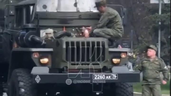 Во время праздничного шествия в Кемерово загорелся военный автомобиль